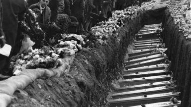 116 деца и 28 възрастни загиват, затрупани от минно свлачище (архивни снимки)