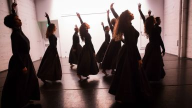 Театър Азарян провокира със спектакъл за расовата неопределеност и асимилацията