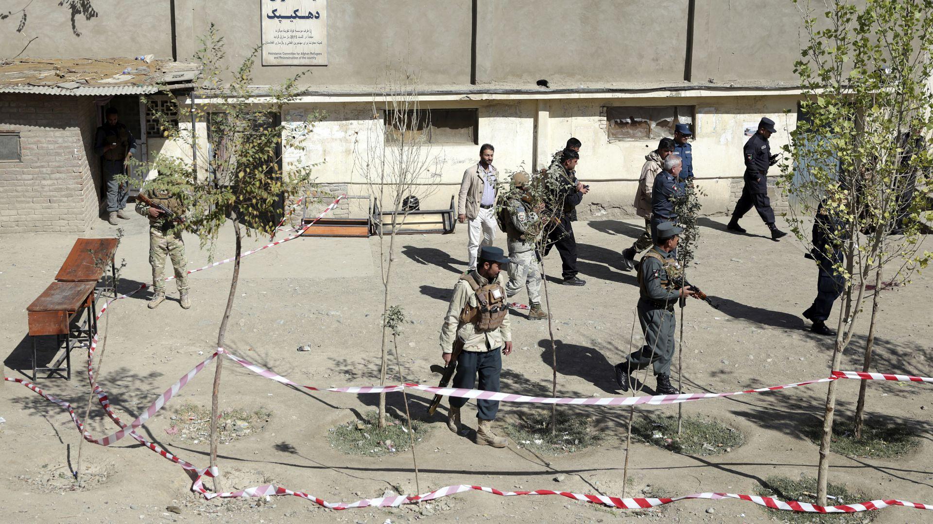 Многобройни експлозии разтърсиха избирателните секции в Кабул, причинявайки десетки жертви