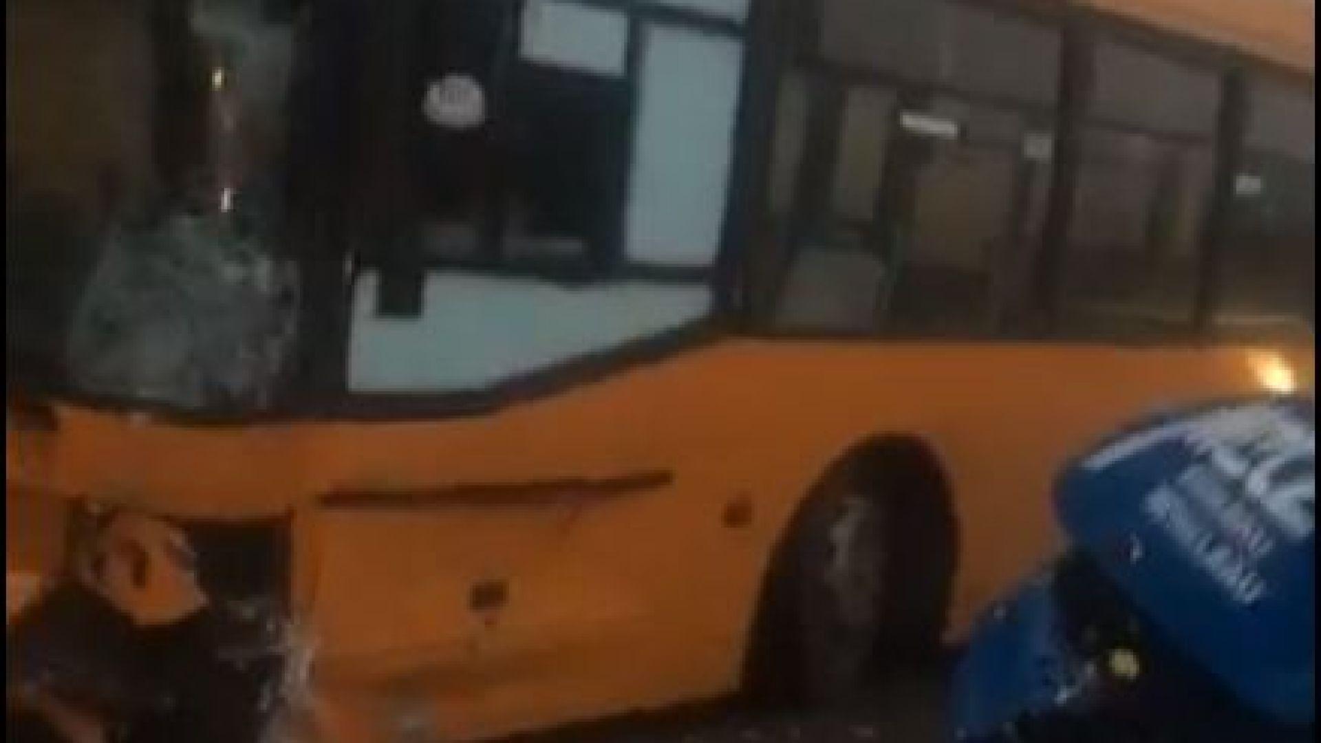 Катастофа е станала между автобус на градския транспорт и бус