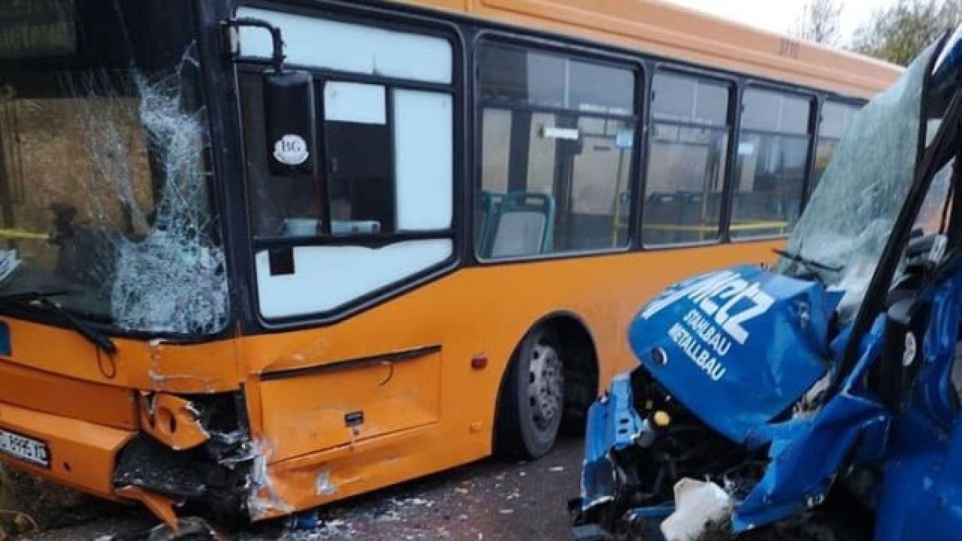 Автобус на градския транспорт в София катастрофира, има ранени