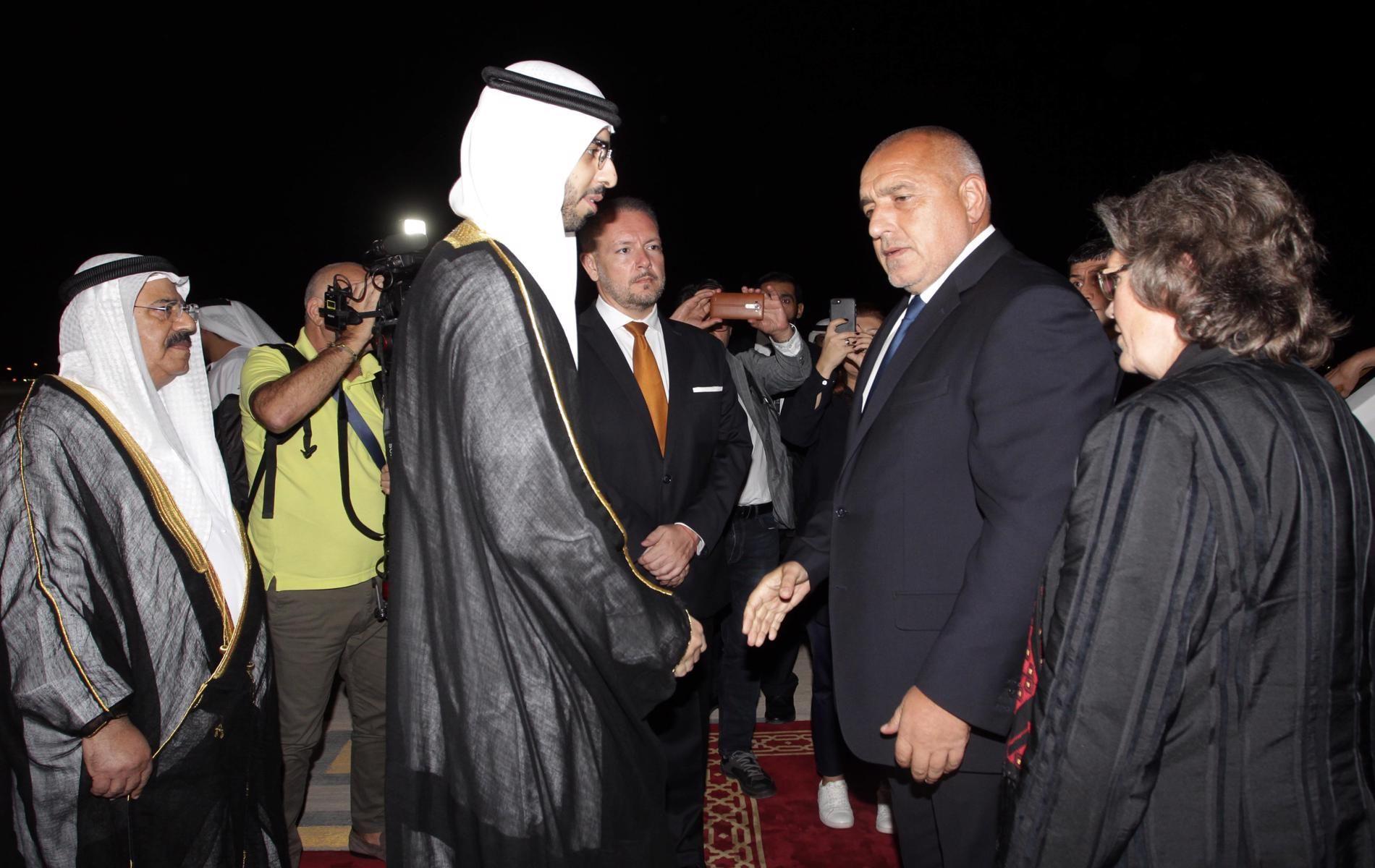 На летището в Абу Даби Борисов беше посрещнат от Омар бин Султан ал Олама, държавен министър на изкуствения интелект