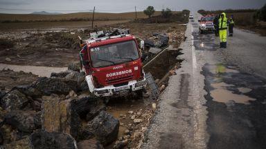Пожарникар загина в проливните дъждове в Испания