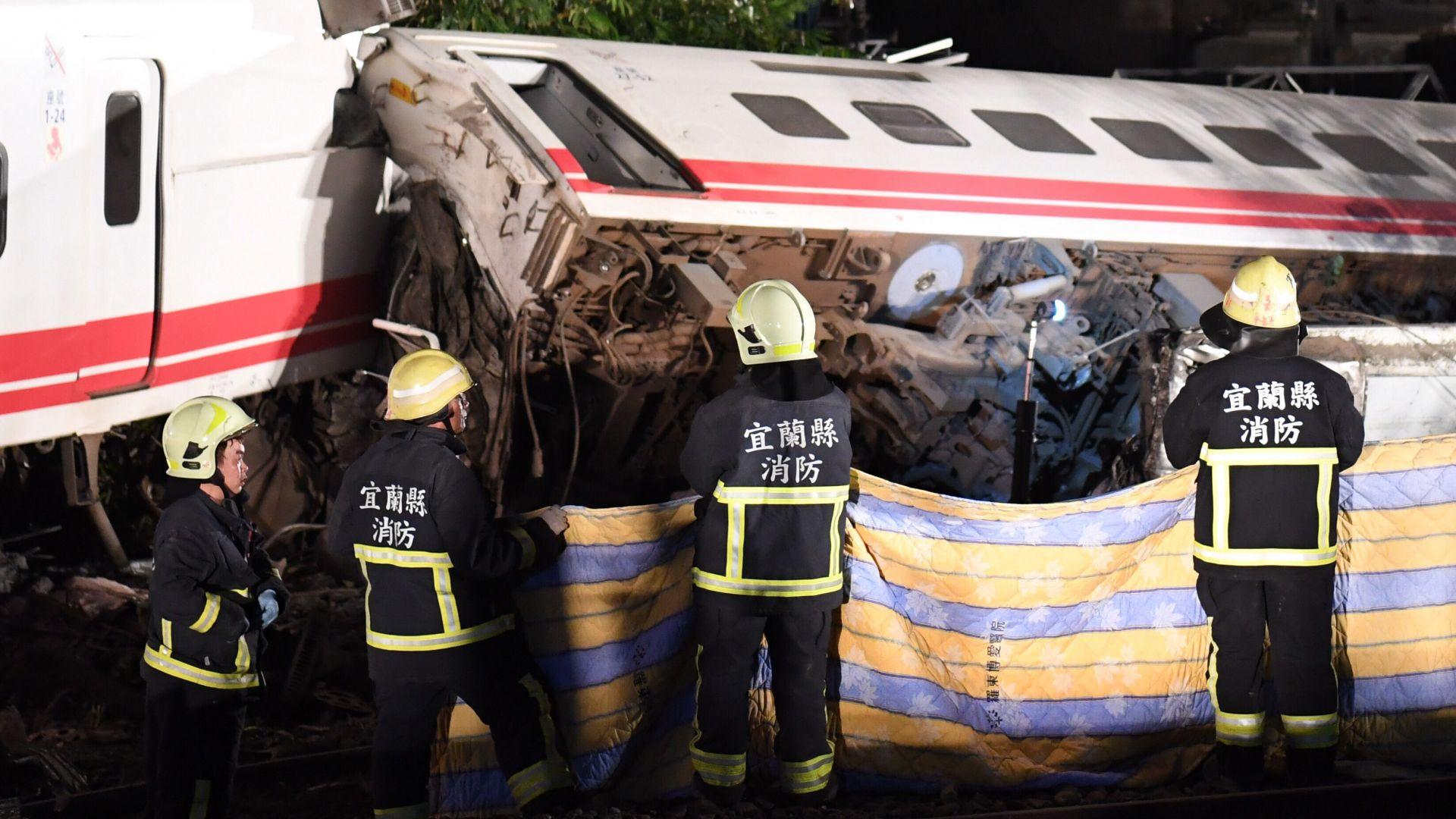 Най-малко 18 души загинаха при дерайлиране на влак в източната