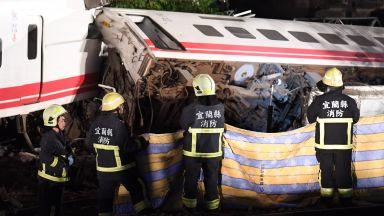 Влак дерайлира в Тайван, десетки жертви и ранени (снимки)