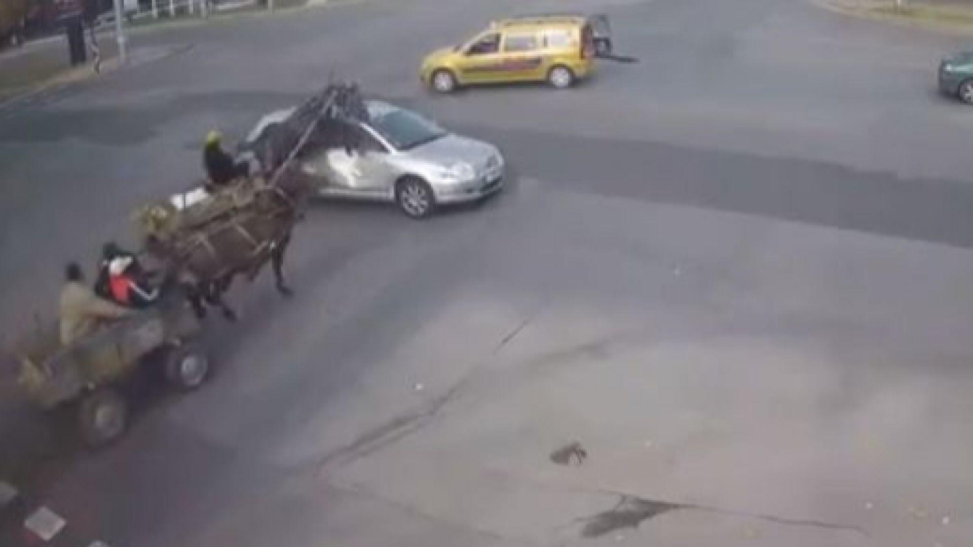 Две каруци връхлетяха кола и се удариха на голямо кръстовище