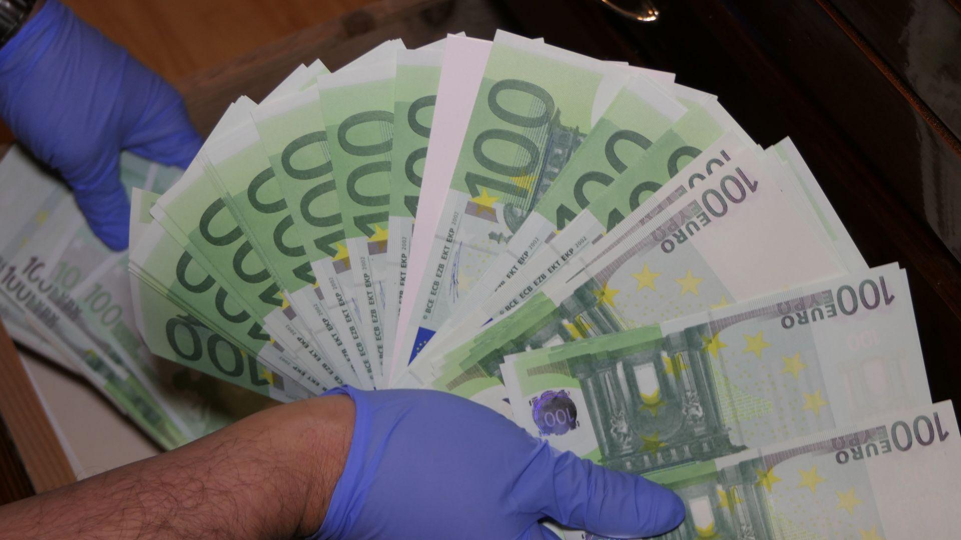 Разбиха най-голямата печатница за фалшиви пари, докато подготвя милиони (снимки)