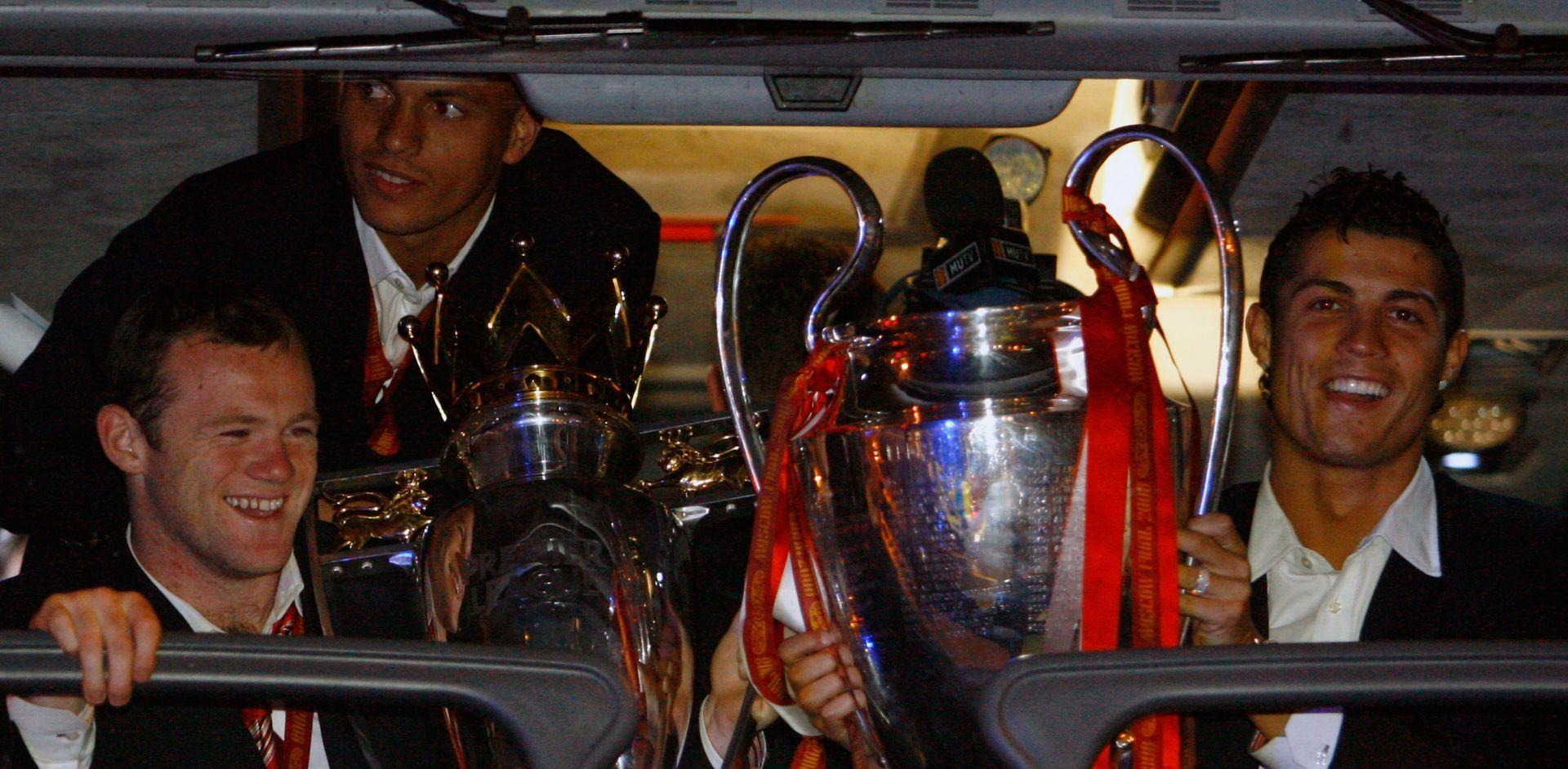С трофея от Шампионската лига след победния финал в Москва през 2008-а.