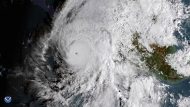 Мощен ураган и тропическа буря удрят едновременно Мексико
