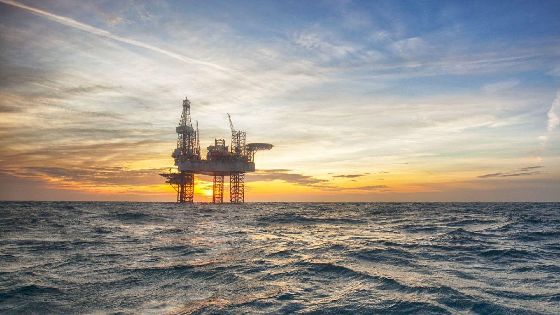 Петролът поевтиня след срива на фондовите пазари
