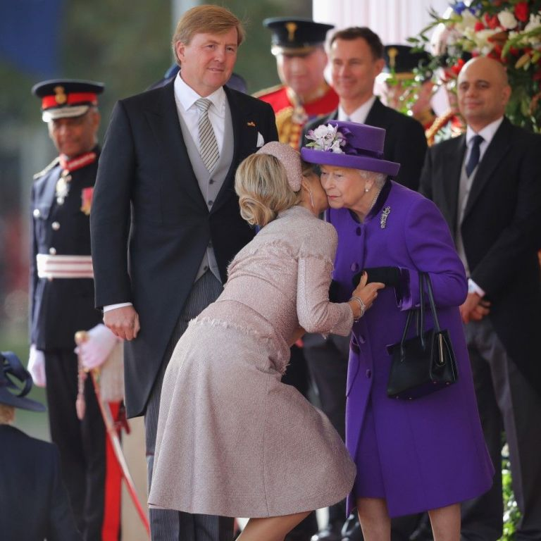 Елизабет II разцелува краля и кралицата на Холандия