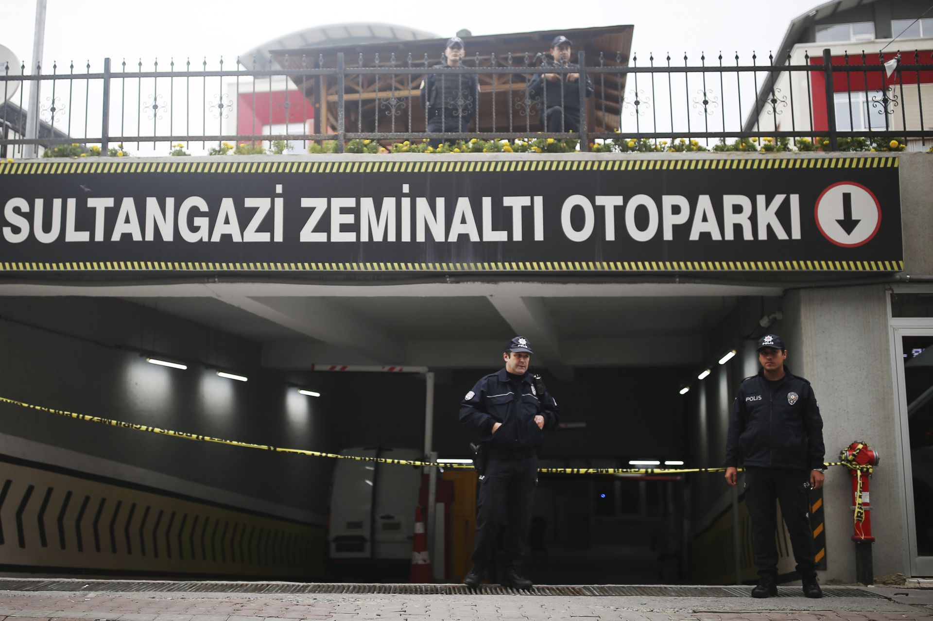 Полицаи пазят входа към паркинга, където е открит автомобила
