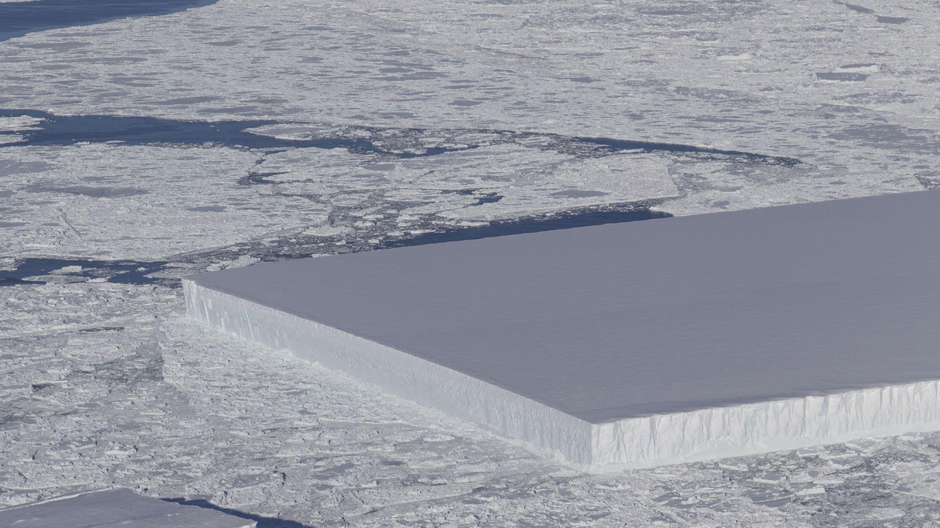 НАСА засне странен айсберг