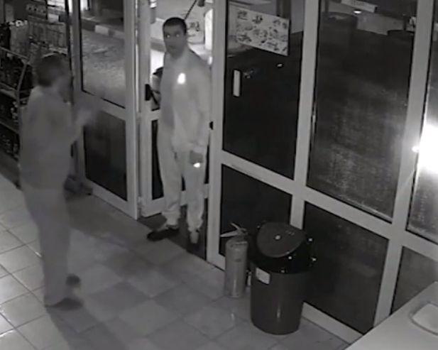 Агресивният мъж нахлува в обекта, след което започва да рита служителят