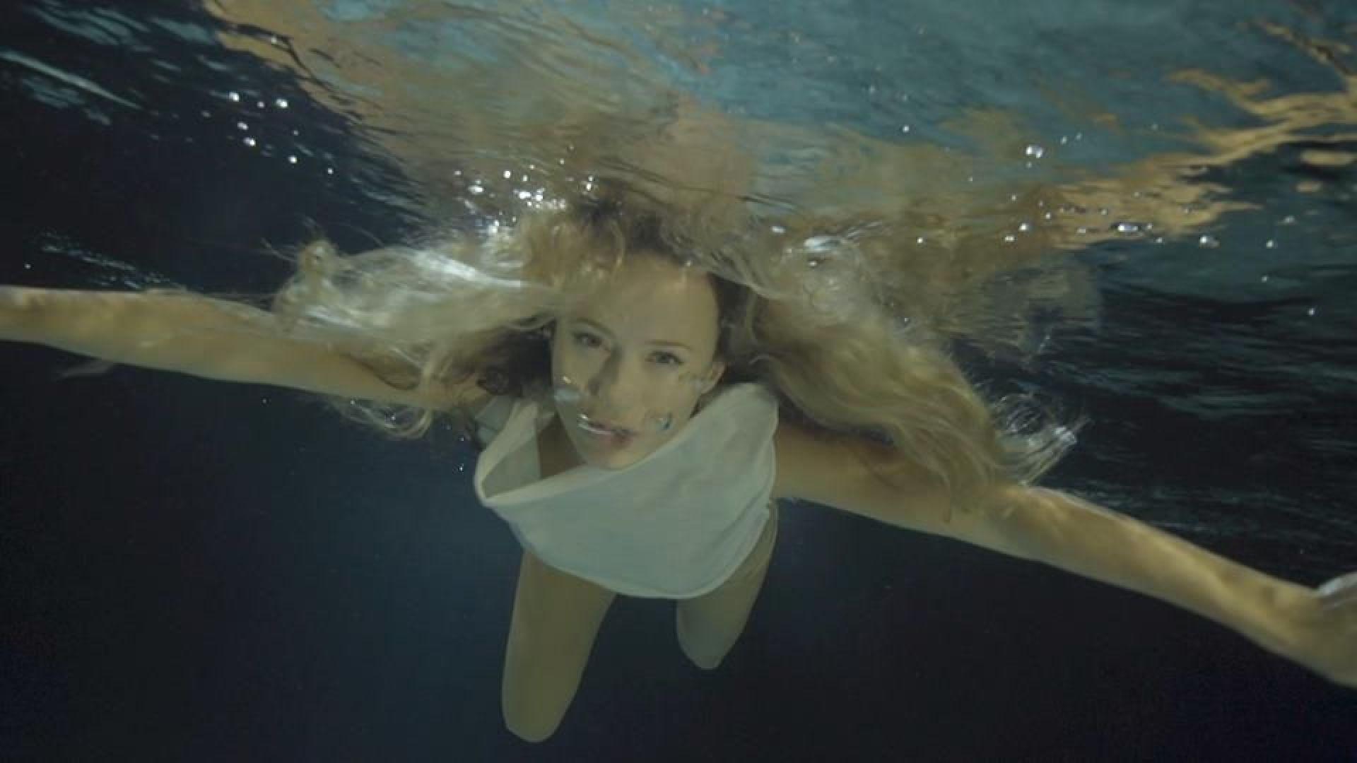 Новият клип на Деси Добрева — заснет изцяло под вода