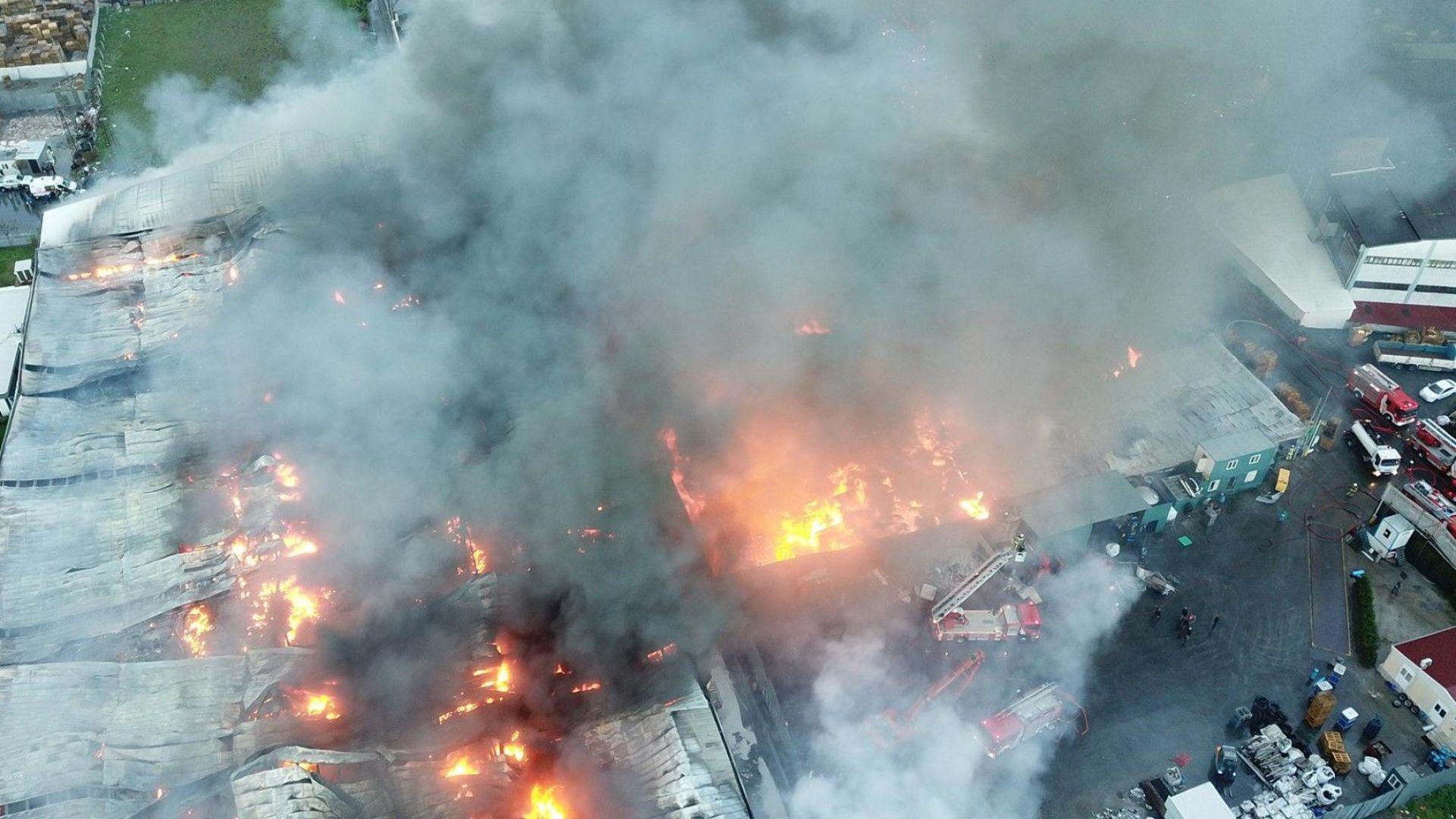 Три фабрики горят в Истанбул, 100 пожарни се борят с огъня (видео)