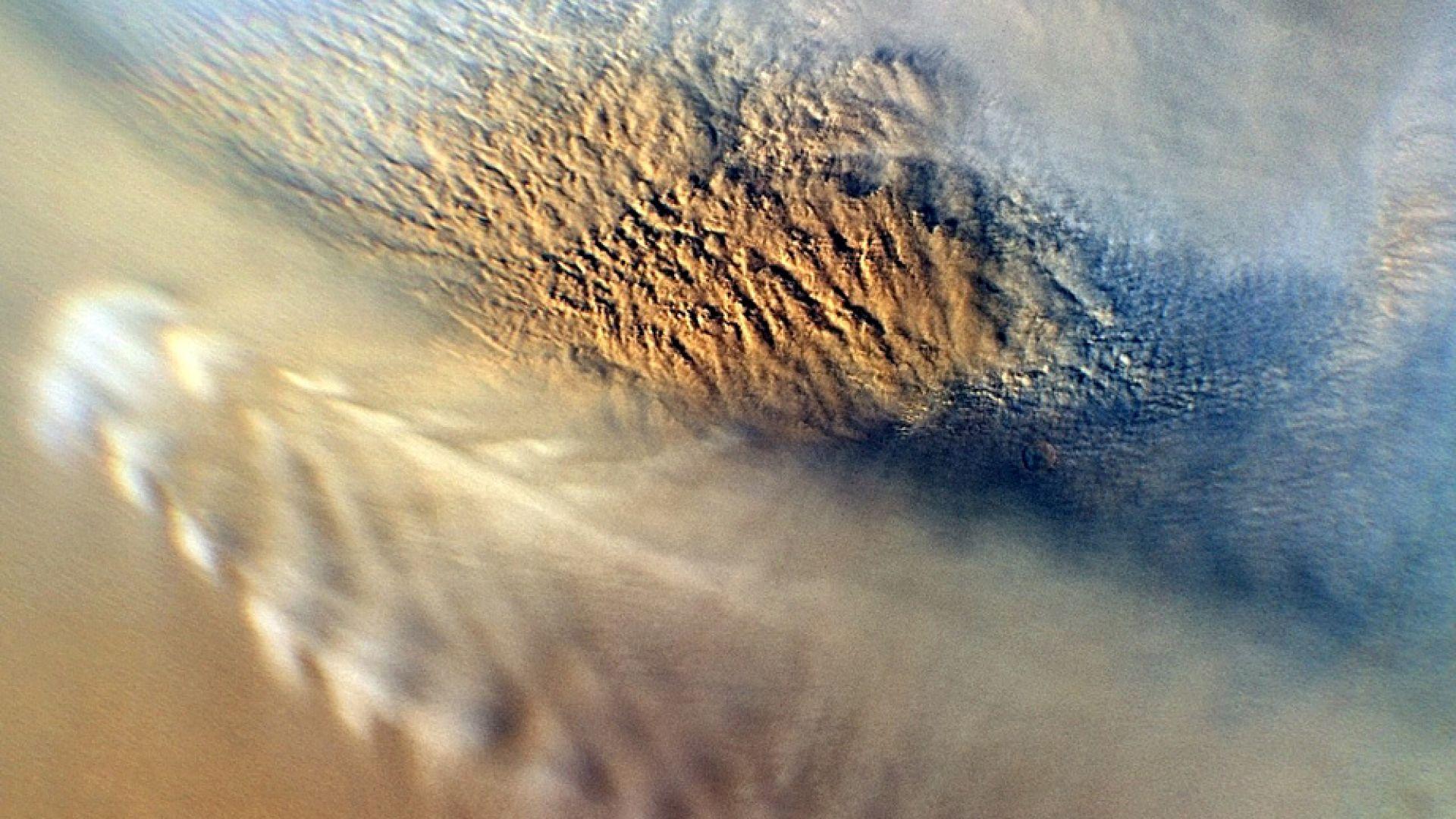 Сателитна снимка, показваща облаците на Червената планета