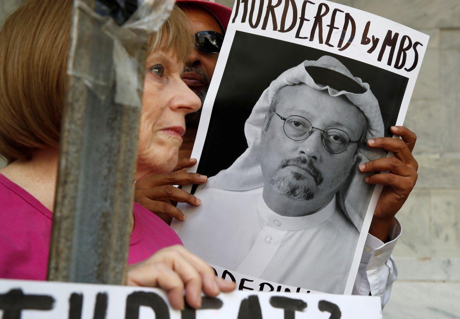 Убит от Мохамед бин Салман - това пише на протестен плакат, издигнат от демонстранти във Вашингтон