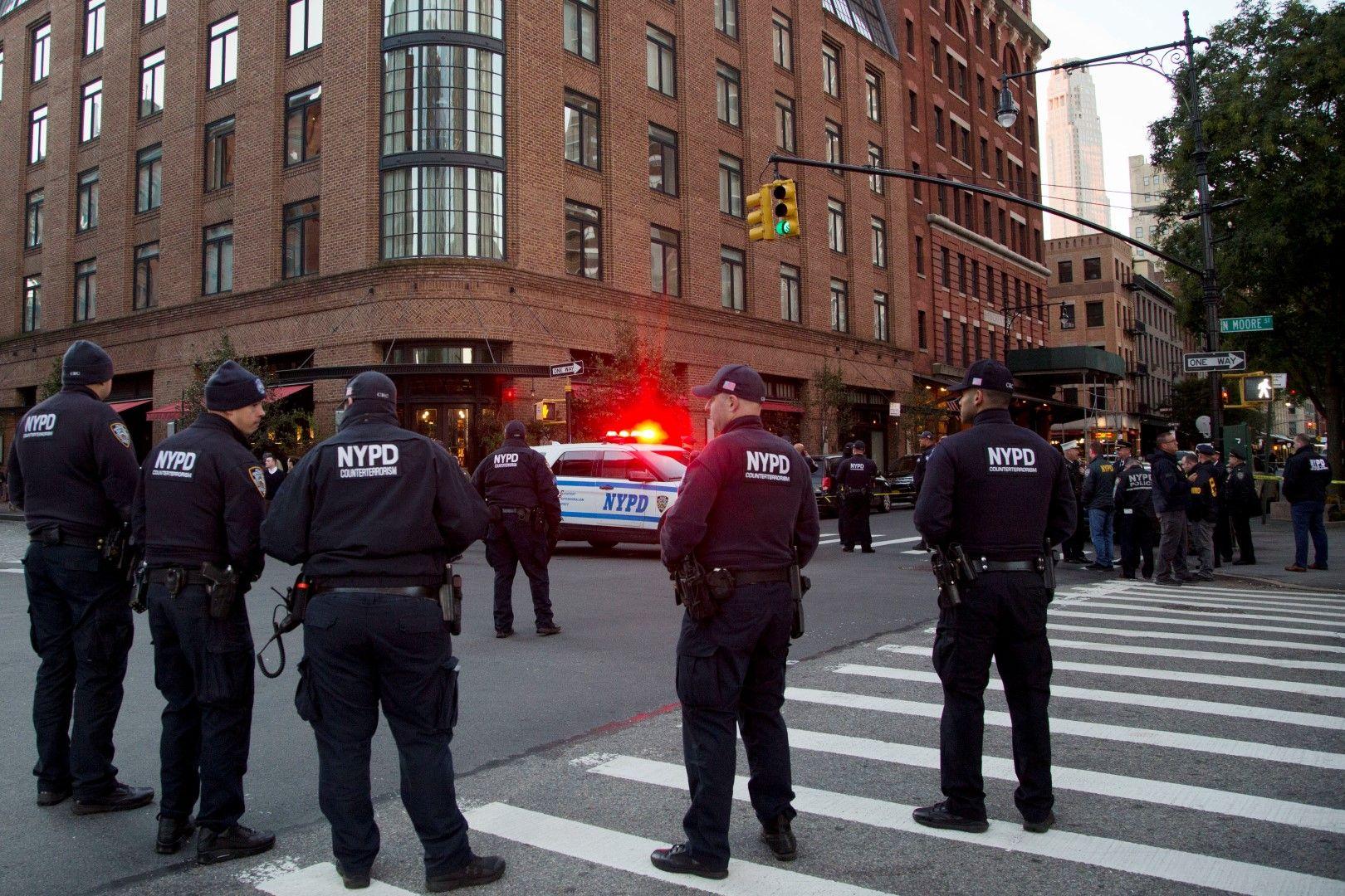Полиция пред сградата, където е получена пратката
