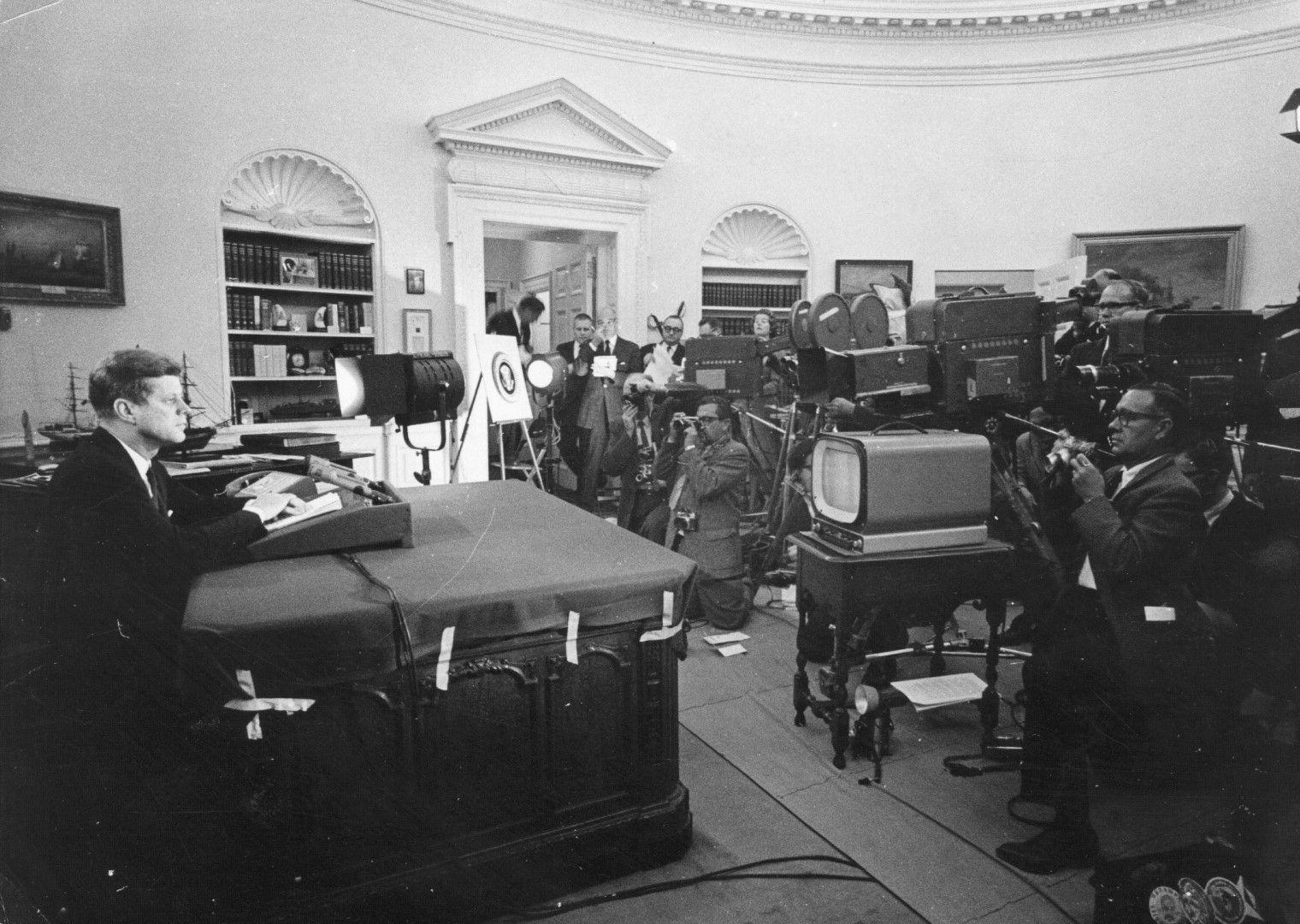 Джон Кенеди обявява по телевизията, че в Куба има съветски ракети