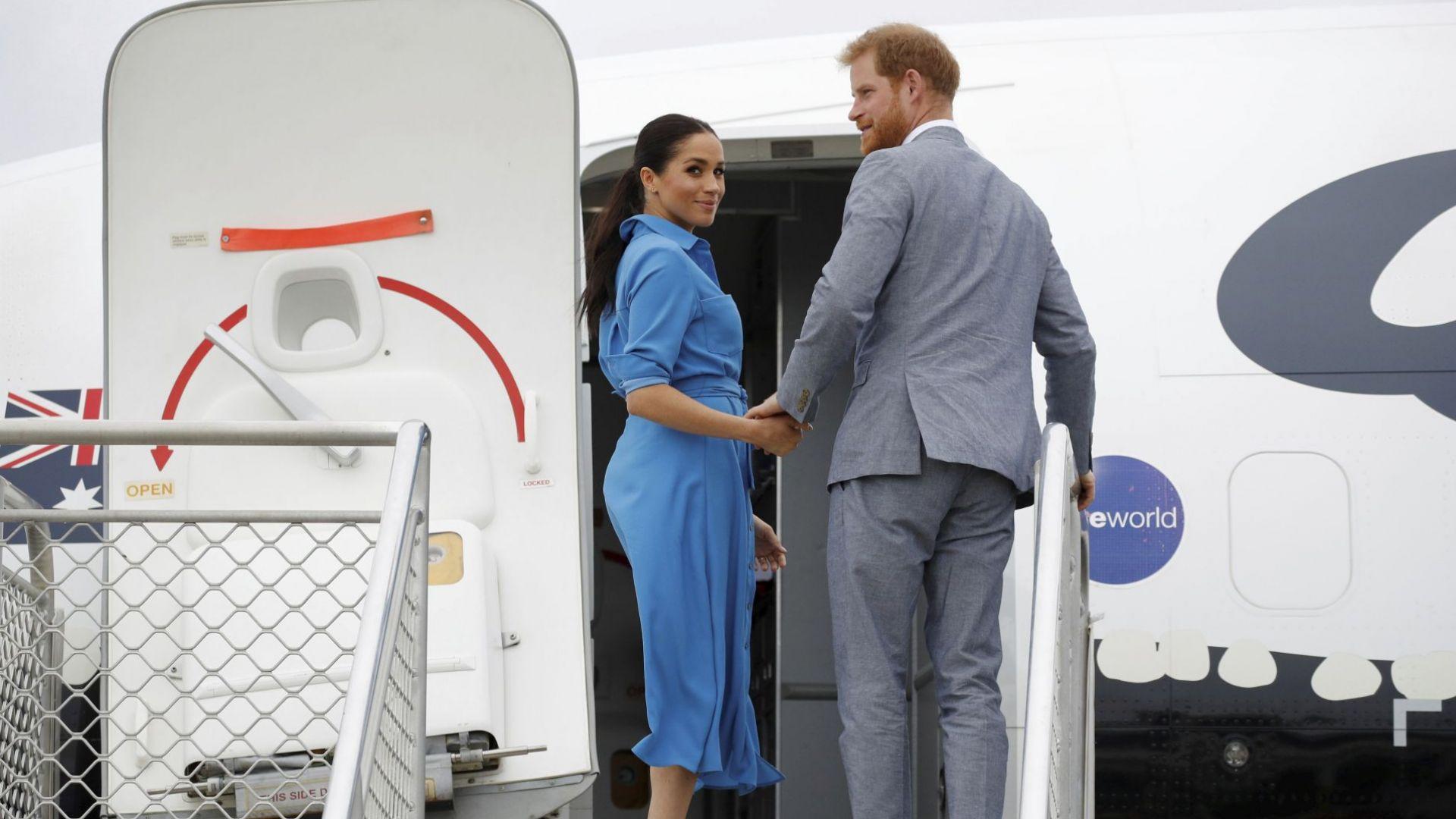 Самолетът на принц Хари и съпругата му кацна едва при втори опит