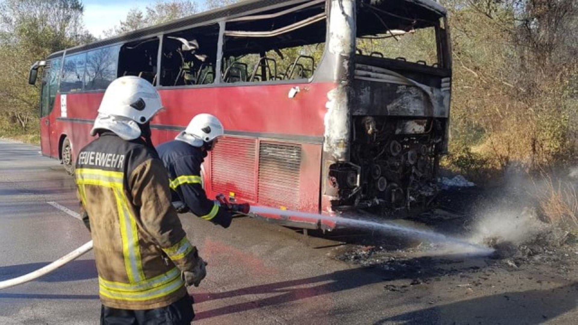 Автобус с работници изгоря на главен път Е-79 (снимки)