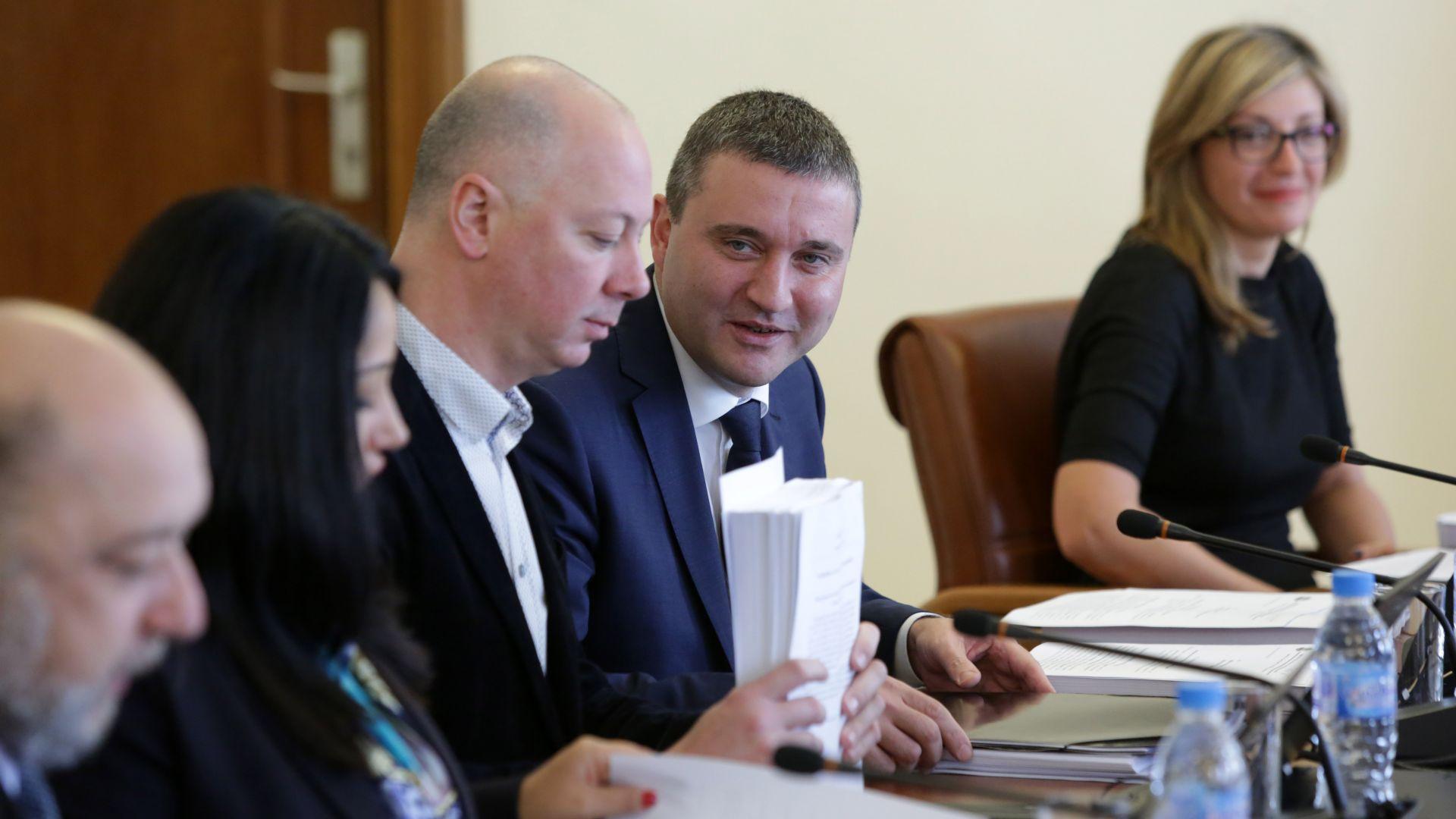Кабинетът одобри 3-те бюджета за 2019 г. на извъредно заседание