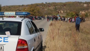 Петима полицаи пострадаха при сблъсъци в Мъглиж