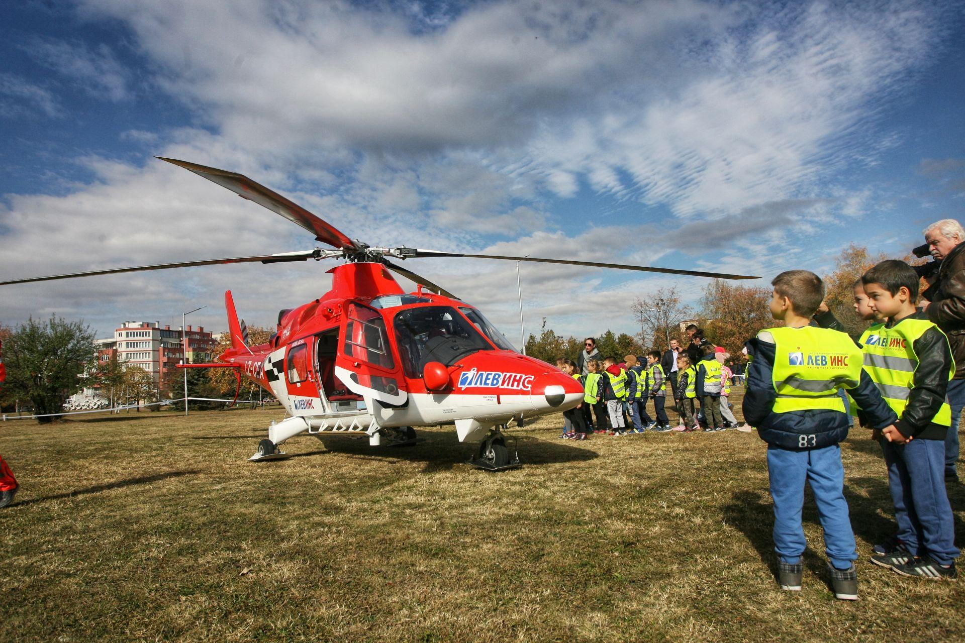 """демонстрация на живо с пристигане и кацане на единствения животоспасяващ хеликоптер в България - този на ЗК """"Лев Инс"""""""