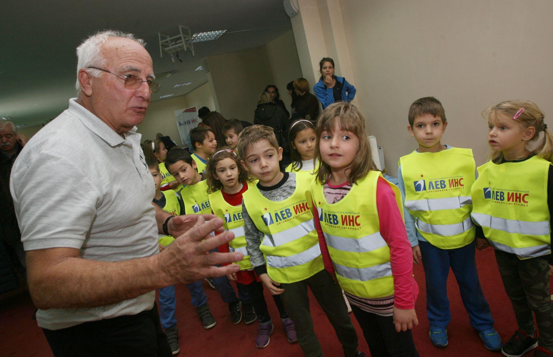 """""""Лев Инс"""" откри кампанията си """"S.O.S - Спасете нашите деца!"""""""