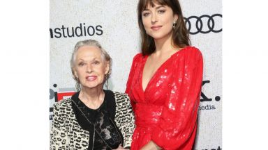 Баба и внучка на червения килим! Типи Хедрън подкрепи новия проект на Дакота