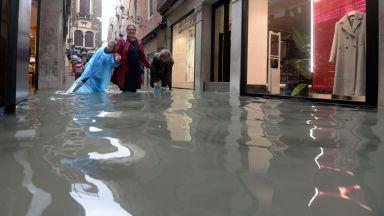 """Проливен дъжд потопи Венеция, """"Сан Марко"""" стана езеро (видео)"""