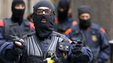 "Масови арести и обиски в ""апартаменти за дрога"" в Барселона"