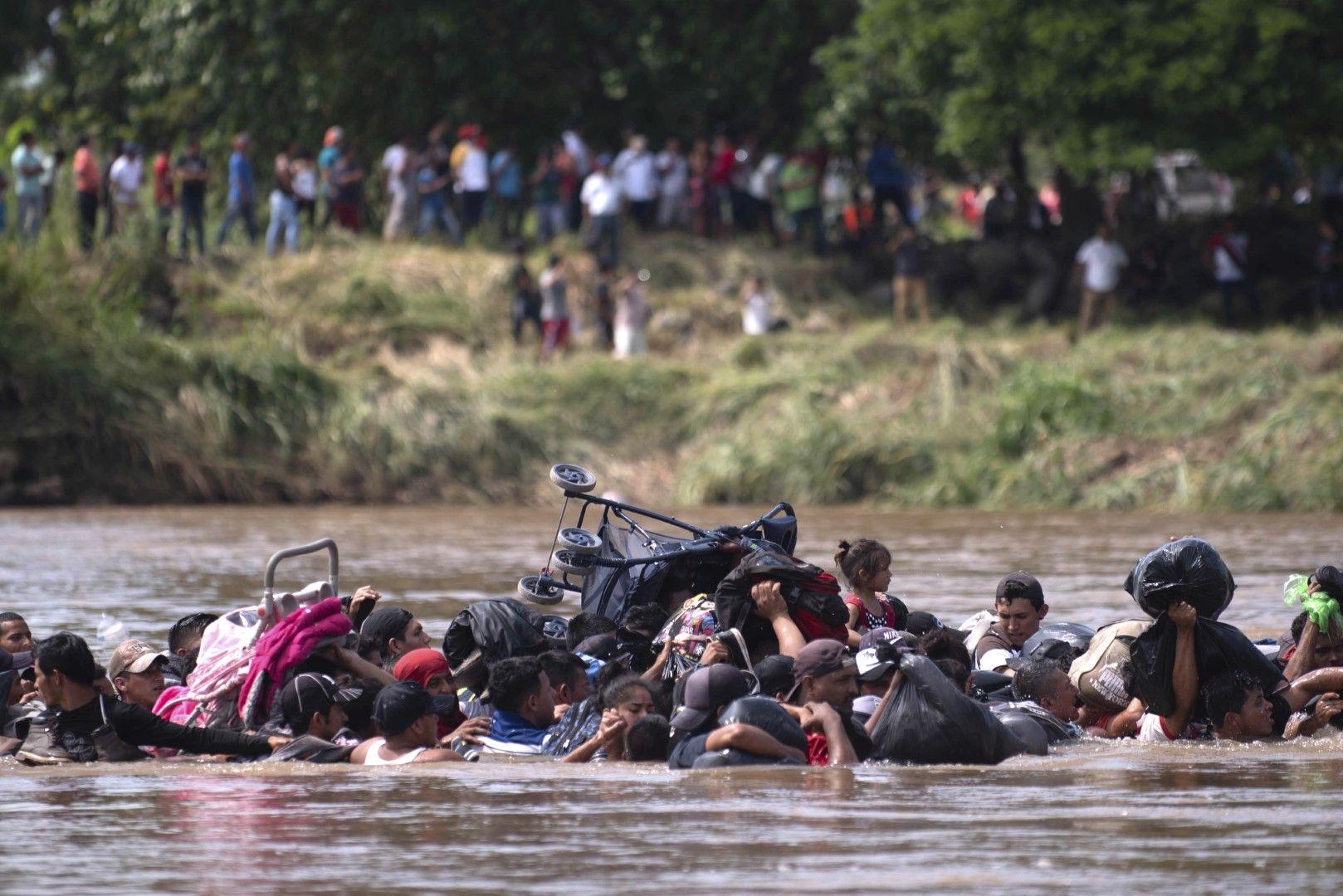 Група от кервана преминава през река в Гватемала на път за Мексико