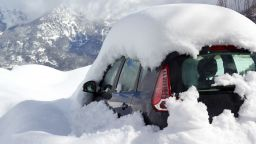 Mечка отвори кола и влезе вътре, подгонена от снежна буря  (видео)