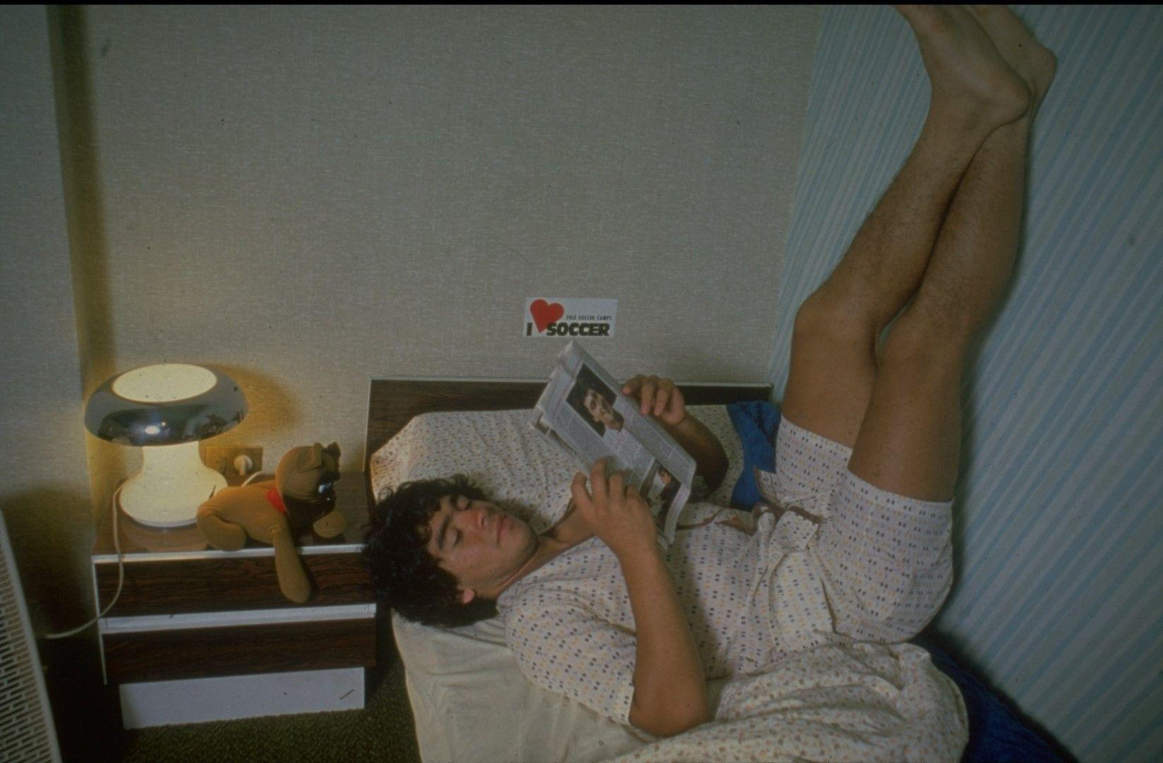 Диего чете за Диего - младият талант у дома в Буенос Айрес, снимката е от края на 70-те години.