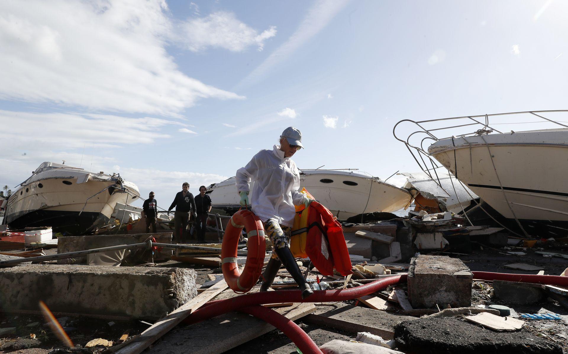 Почистват отломки от яхти и лодки, които бяха  отнесени на брега след буря в град Рапало, Северна Италия