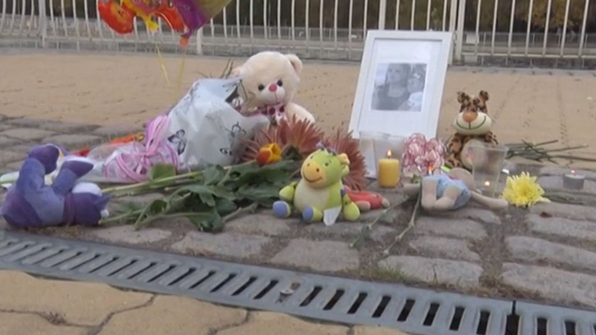 Десетки почетоха паметта на убитите Дарина и Никол с цветя и свещи (видео)