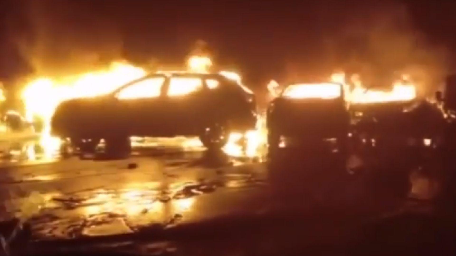 """Бедствието в Италия: Пожар погълна стотици коли """"Фиат"""" и """"Мазерати"""""""