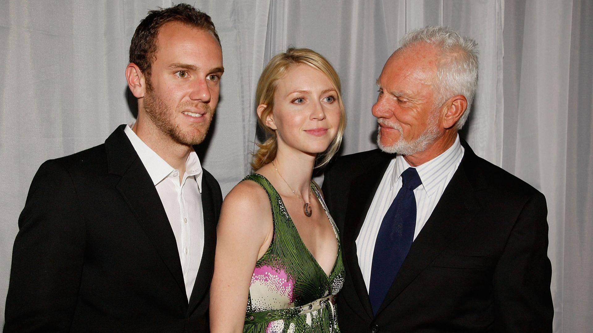 Малкълм Макдауъл позира със сина си Чарли и дъщеря си Лили