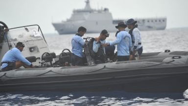 Водолаз загина при издирването на индонезийския самолет