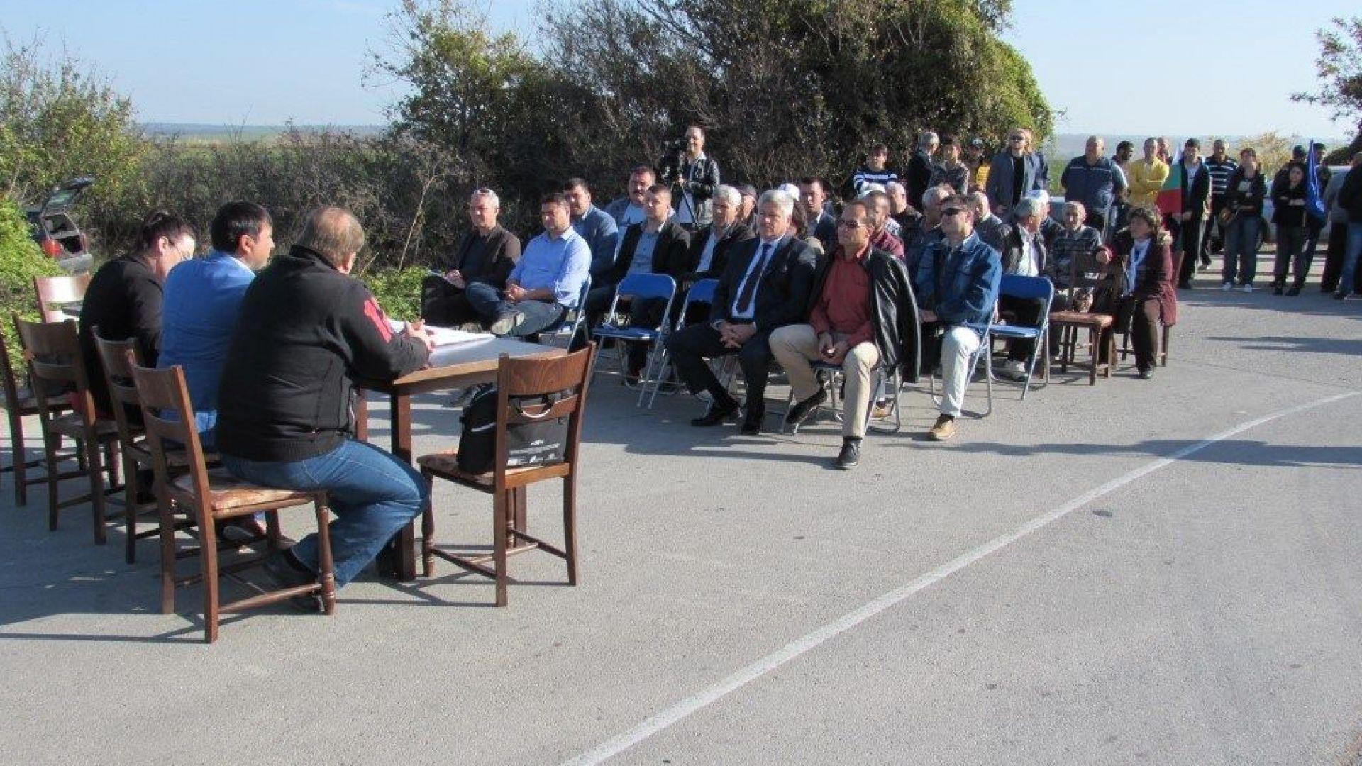 Общински съветници заседаваха на пътя Русе-Варна и блокираха трафика