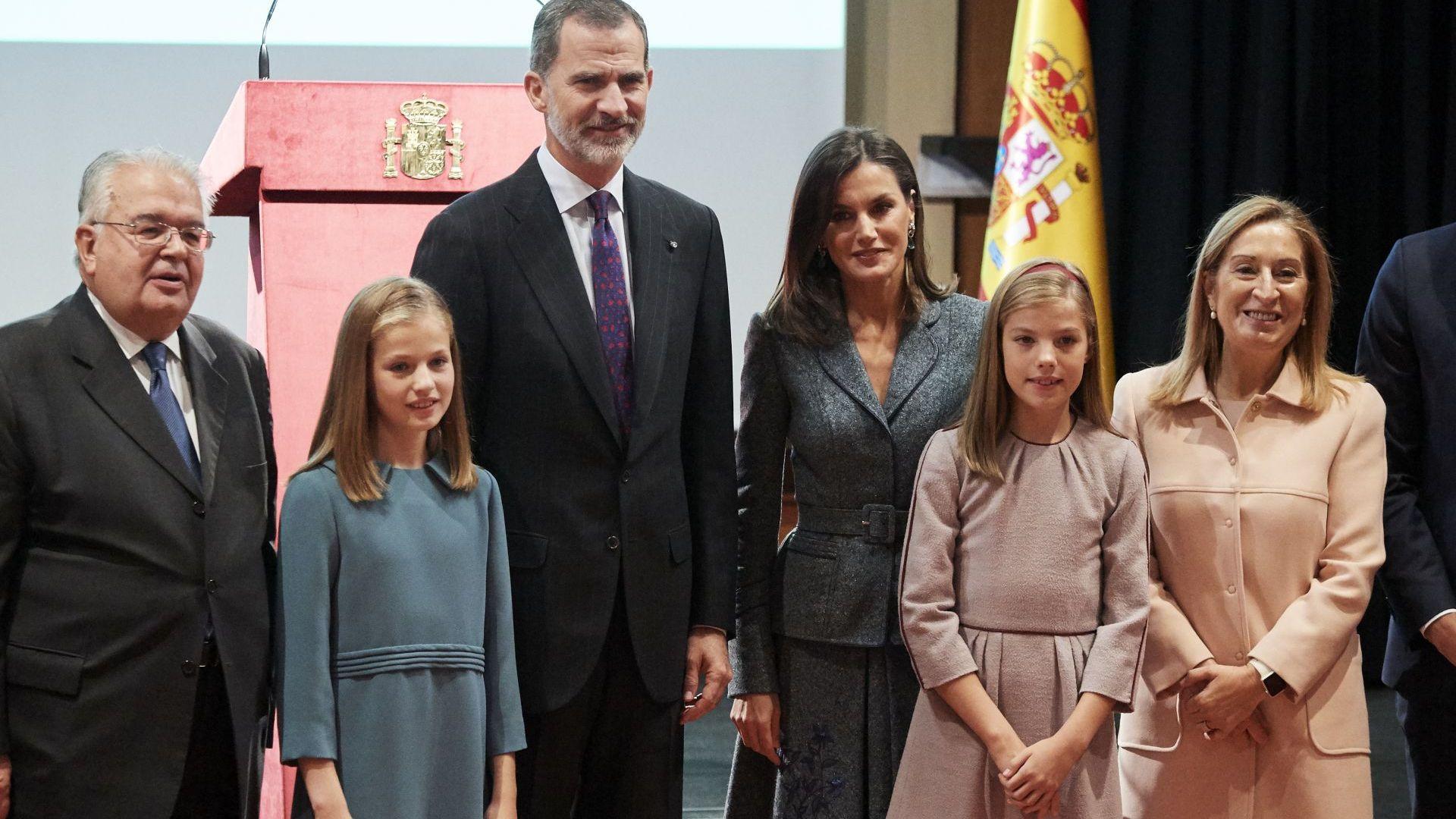 Принцеса Леонор, крал Фелипе, кралица Летисия принцеса София, Ана Пастор и премиерът на Испания Педро Санчес