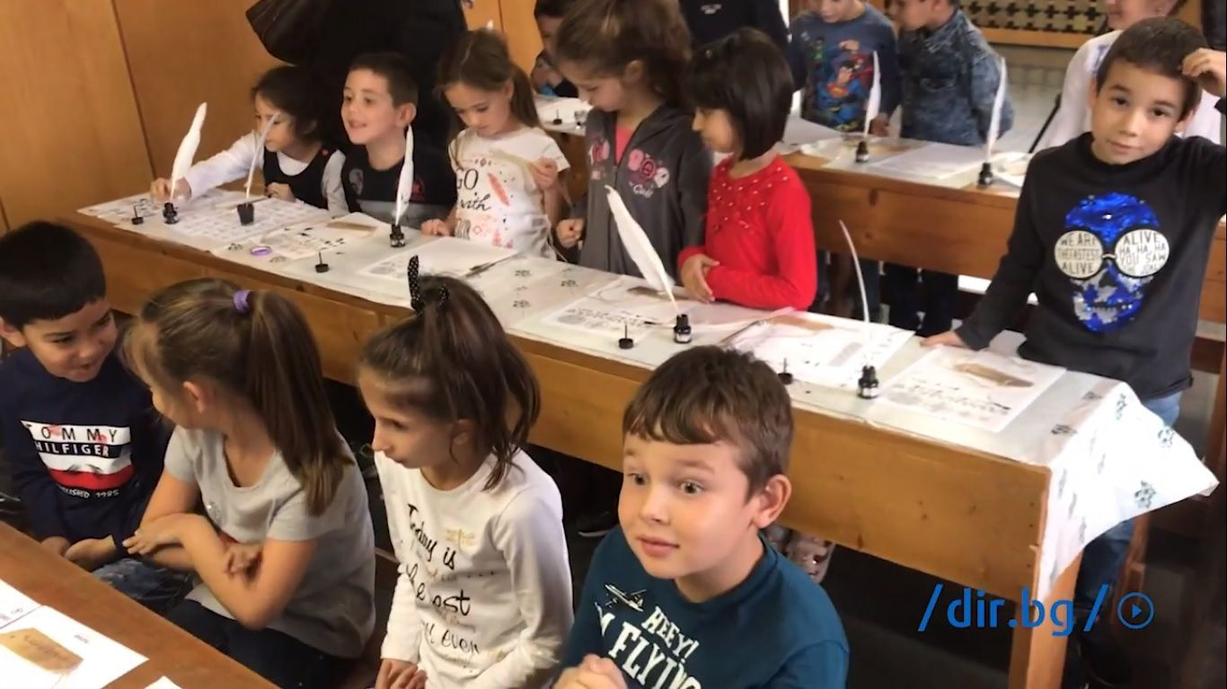 """На първия ред седнаха най-малките - както е било тогава, а по-големите ученици влязоха в ролята на """"показвачи"""" и """"чиноначалници""""."""