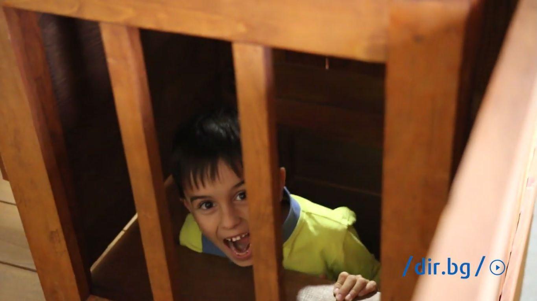 """Най-любопитно за учениците бе да видят т. нар. """"затвор"""" - помещение зад катедрата на даскала, в което са отпращани за наказание непослушните."""