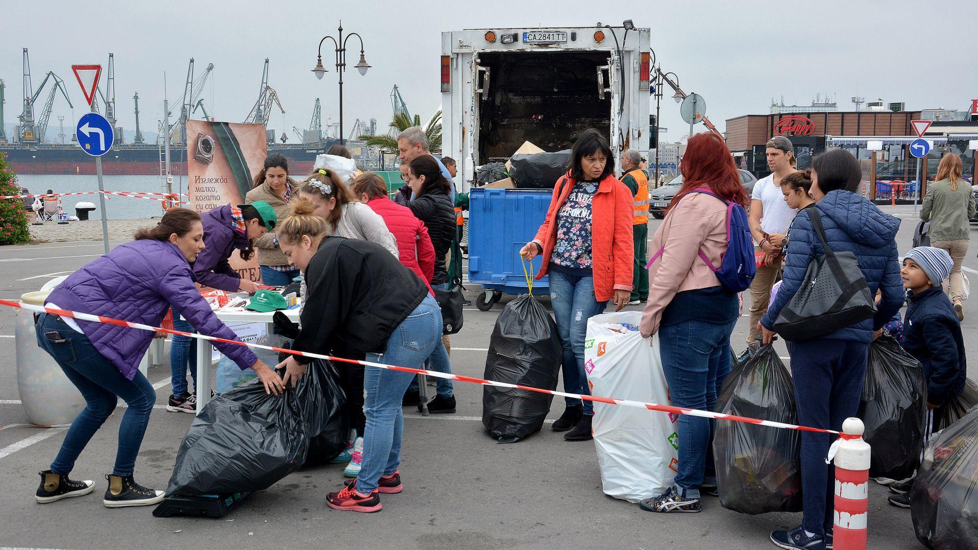 Варненци на опашка да предават пластмаса срещу книги (снимки)
