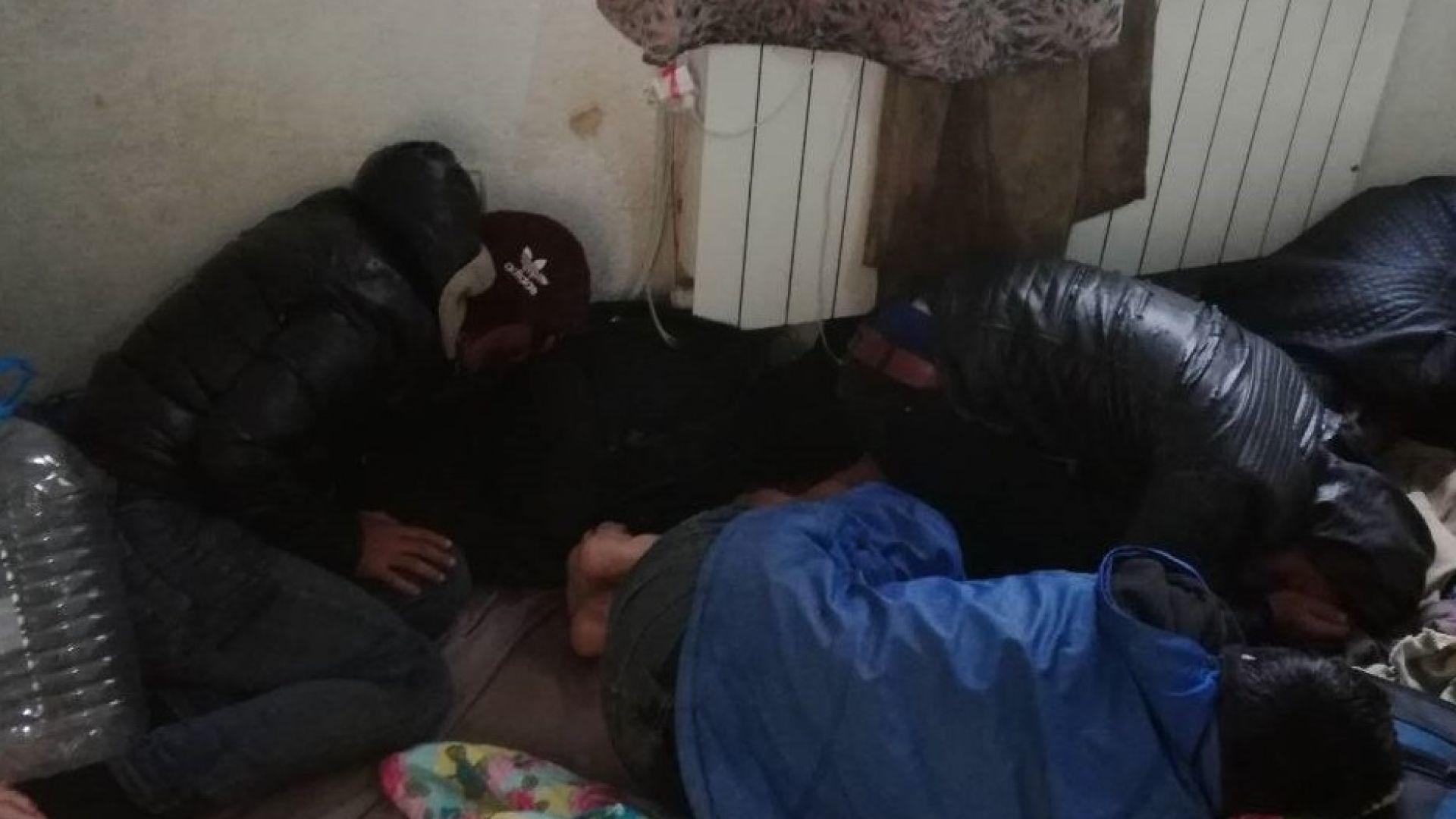 28 незаконни мигранти са открити на два адреса в София