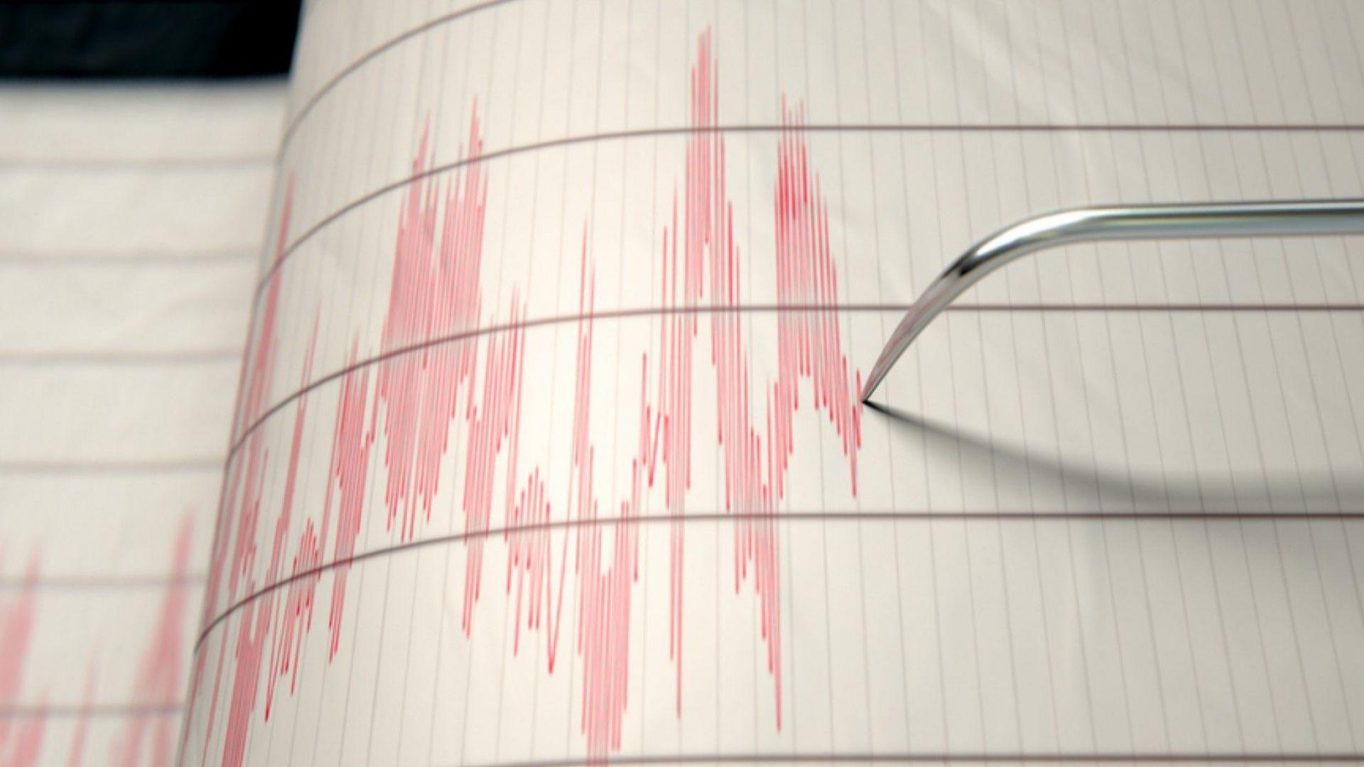 Най-малко 16 човека пострадаха, а 378 бяха евакуирани при земетресение
