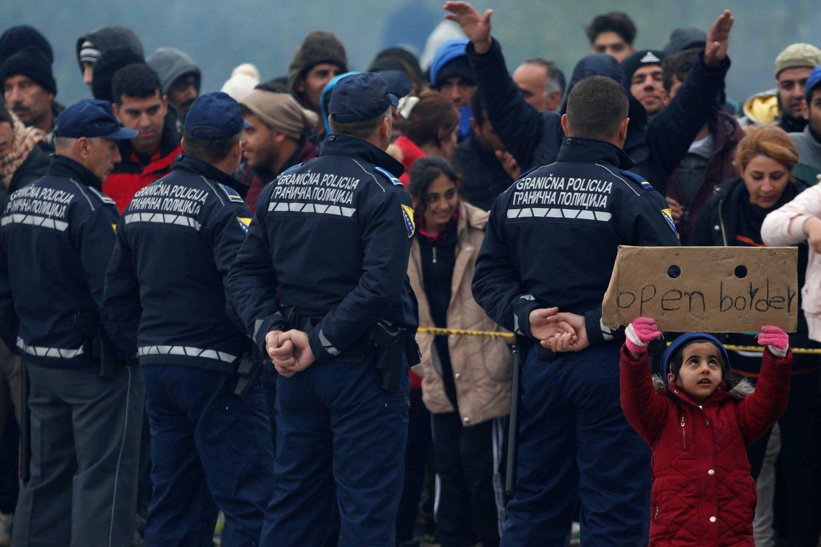 Полицейски кордон преди мигрантите в Босна на границата с Хърватия