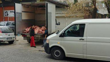 Как се доставя месо, нахвърляно в камион (снимки)